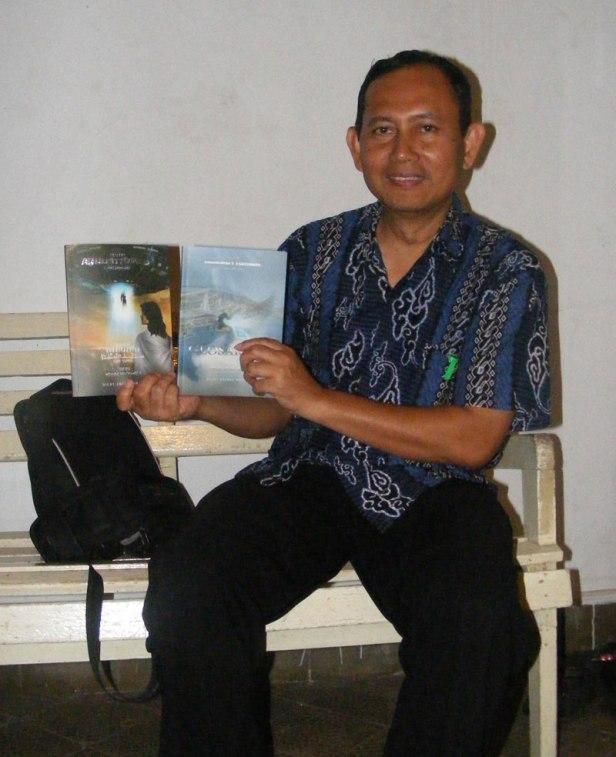 Dr. Benny Ahmad Benyamin, M.Pd --Guru PKn dan Bagian Urusan Siswa SMAN1 Cianjur-- memegang novel Arkhytirema 2B.