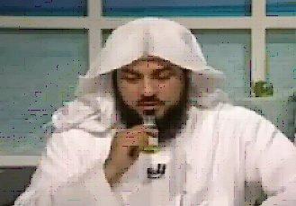 Syaikh Arifi mencontohkan cara membuat air ruqyah yaitu mendekatkan mulut botol cairan yang sudah dibuka ke dekat mulut.