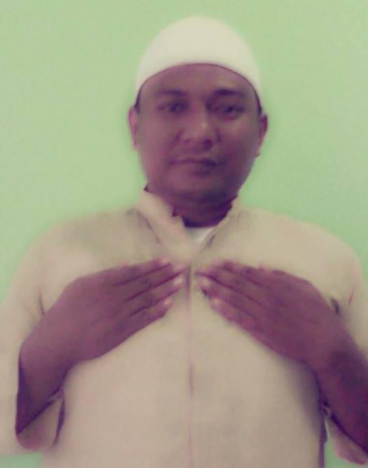 Gambar praktek quranic self healing dengan meletakkan tangan di daerah dada.