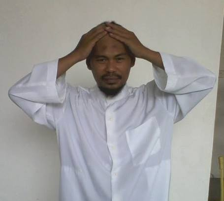 Gambar praktek quranic self healing dengan meletakkan tangan didaerah kepala.