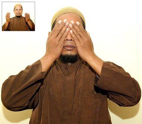 Gambar praktek quranic self healing dengan meletakkan tangan di daerah mata dan wajah.